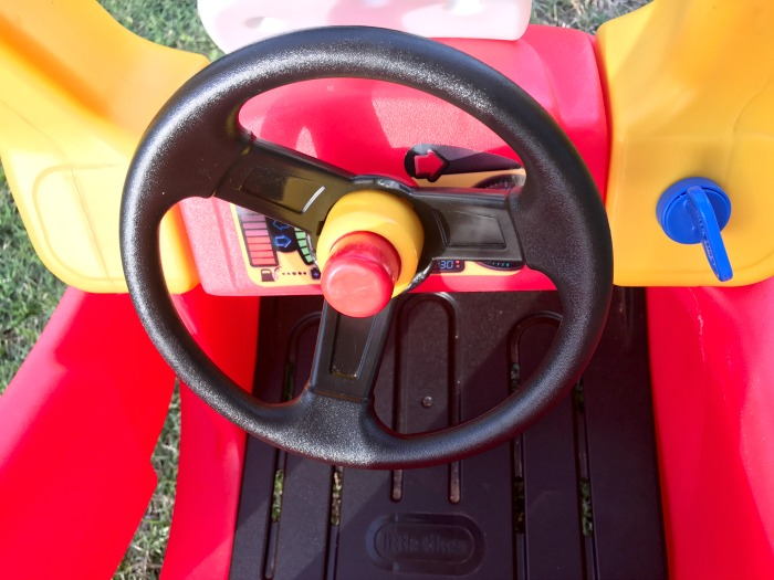 Does the Little Tikes Cozy Coupe Steering Wheel Turn
